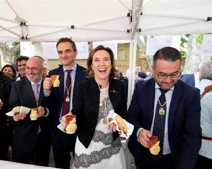 Los logroñeses resisten la lluvia como resistieron a los franceses y toman el pan, el pez y el vino
