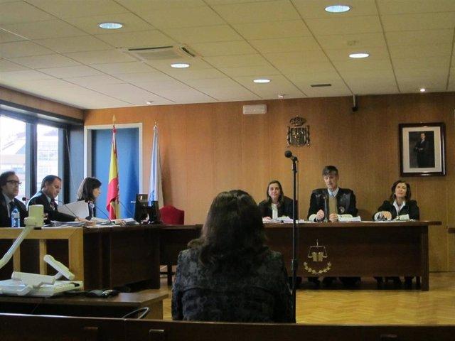 La acusada de apropiarse de 21.000 euros de un anciano en Vigo lo niega y dice que nunca vio un billete de 500