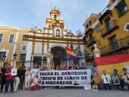 Concentración ante la basílica de la Macarena para exigir el traslado de Queipo y cumplir la Ley de Memoria