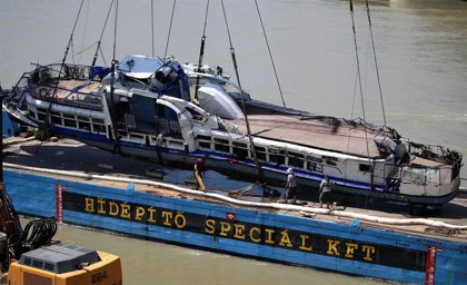 Reflotada la embarcación turística que se hundió en el Danubio con 35 personas a bordo