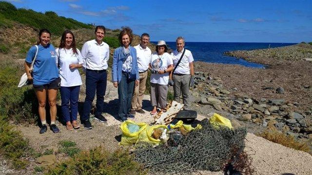 La Reina Sofía recogiendo basura en las playas de Menorca