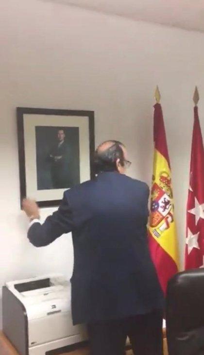 """Vox hace su primer """"acto"""" en la Asamblea: hereda un despacho de Podemos y cambia uno de sus cuadros por la foto del Rey"""