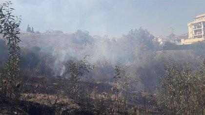 Desalojados por el incendio de Mijas (Málaga), ya controlado, vecinos de cuatro bloques que han regresado ya
