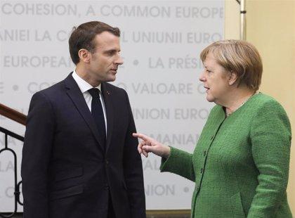 Macron dice que apoyaría a Merkel si presenta su candidatura para presidir la Comisión Europea