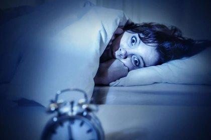 Asocian la exposición a la luz artificial mientras se duerme al peso de las mujeres