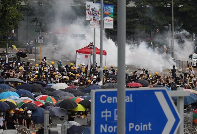 China.- La Policía carga contra los manifestantes acampados en Hong Kong para protestar por la ley de extradición