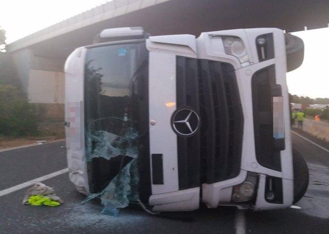 Valencia.- Sucesos.- El vuelco de un camión porta-contenedores corta durante casi tres horas la A-3 en Siete Aguas