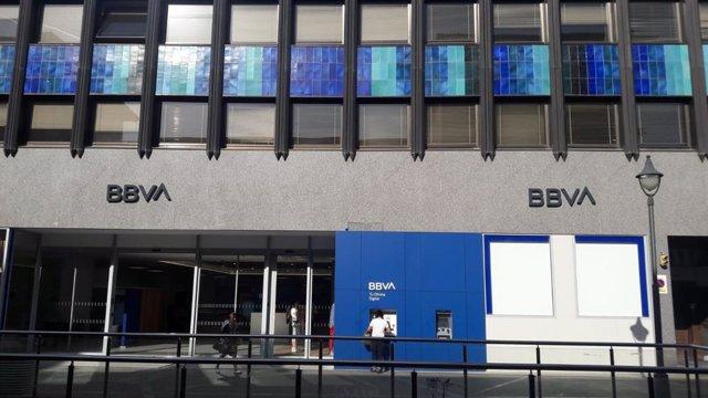 BBVA presenta su nueva identidad de marca y su logo en dos oficinas de Palma