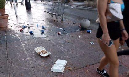 Calvià 2000 y Policía Local lanzan una campaña en Magaluf para evitar la suciedad de los clientes de los 'takeaway'