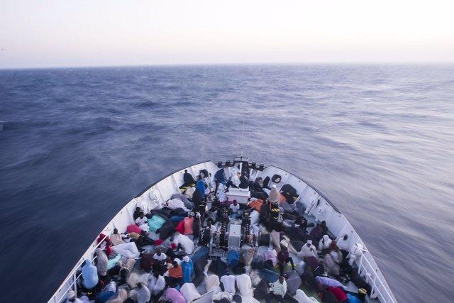 El buque Aquarius de MSF rescatado con 860 personas