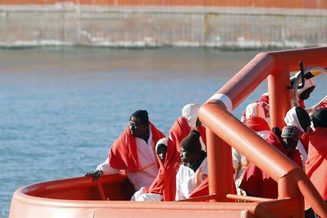 Trasladan a Málaga a 72 inmigrantes rescatados de una patera esta madrugada
