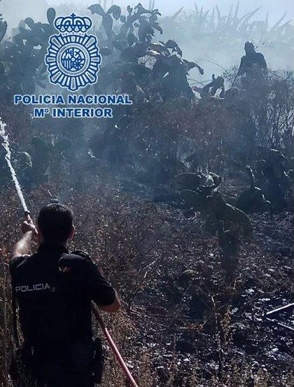 Cuatro agentes de Policía Nacional evitaron la propagación del incendio del Sacromonte de Granada el pasado lunes