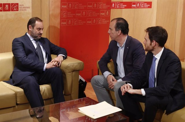 El secretario de Organización del PSOE y ministro de Fomento en funciones, José Luis Ábalos, se reúne con los líderes de los partidos regionalistas