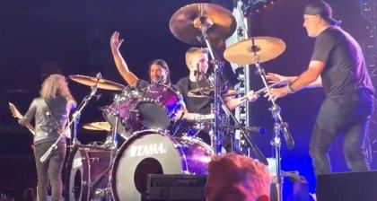 VÍDEO: Un fan de 13 años toca la batería con Metallica en un concierto
