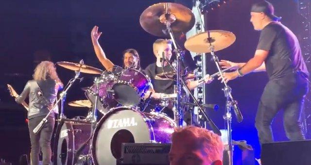 VÍDEO: Un chaval de 13 años toca la batería con Metallica en un concierto