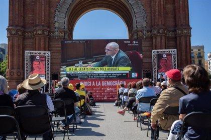 Unas 500 personas siguen los alegatos finales de los presos en una pantalla en Barcelona