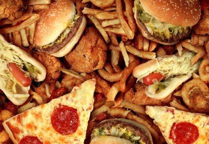 Reducir la ingesta de sodio y eliminar las grasas trans podría evitar 94 millones de muertes