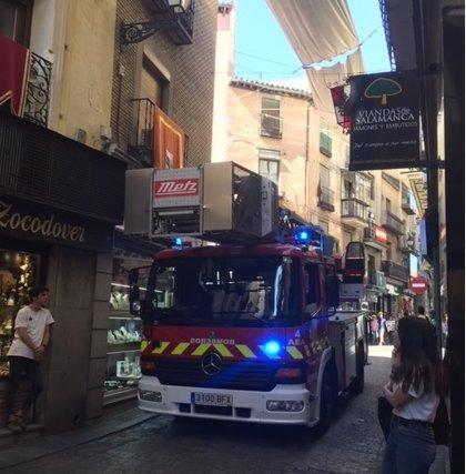 Los bomberos sofocan el incendio de una cocina en un inmueble de la calle Comercio de Toledo