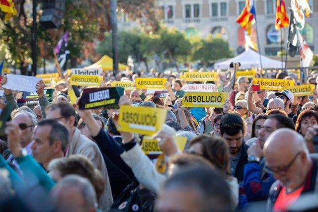 Miles de personas empiezan a concentrarse en plaza Catalunya por el final del juicio