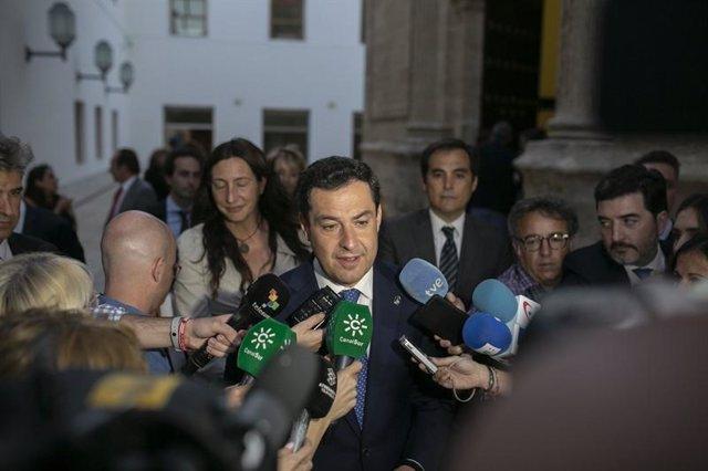 Juanma Moreno atiende a los medios tras el debate presupuestario