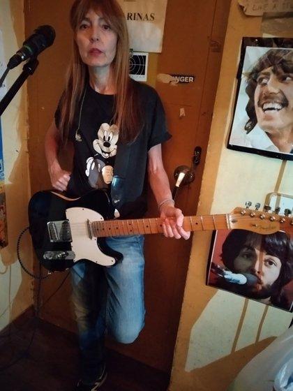 Amparo Llanos busca una guitarra desaparecida tras un concierto de su grupo New Day en Girona