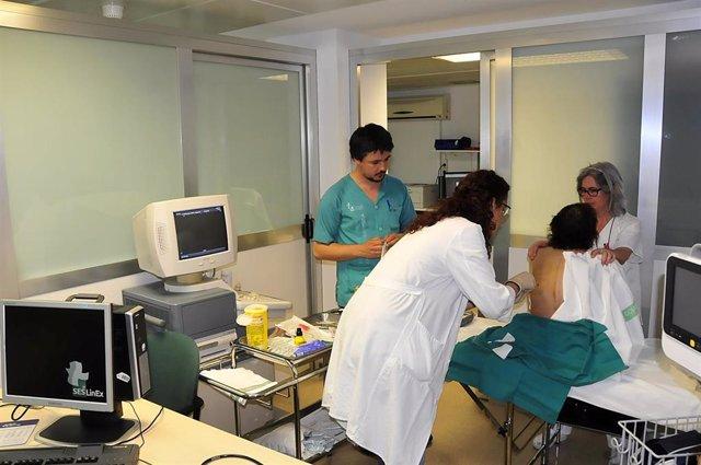 Sanitarios realizan una exploración a una paciente en un hospital extremeño