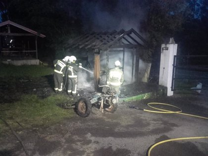 Un incendio destruye un almacén en un camping de Oyambre