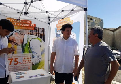 Una campaña sensibiliza a los pescadores del riesgo de cáncer de piel por exposición solar