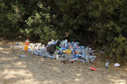 """Ecologistas reconocen """"mejora"""" en la limpieza de caminos rocieros aunque """"siguen llenos de basura"""""""