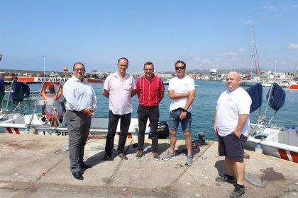 Diez embarcaciones limpiarán las aguas del litoral de la Axarquía durante la temporada de verano