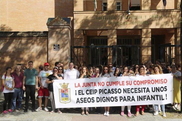 Sevilla.- Concentración ante la Delegación de Educación en demanda de los nuevos aseos del Pablo Picasso de Los Palacios