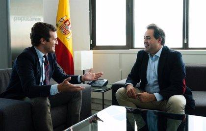 Casado se reúne con el presidente del PP de C-LM para fijar los ejes de trabajo de los próximos cuatro años en la región