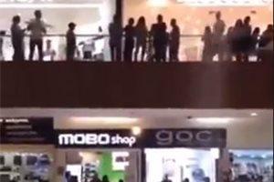 Un centro comercial se inunda en México mientras un grupo de musicos interpreta la canción de 'Titanic'