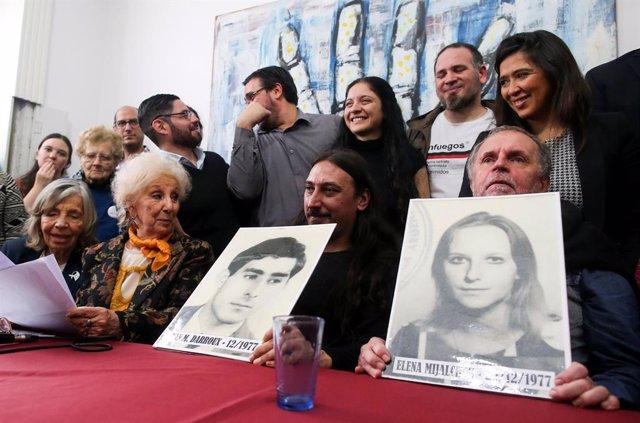 Las Abuelas de Plaza de Mayo presentan a un nuevo hijo de desaparecidos de la dictadura argentina