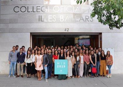 El Colegio de Médicos entrega 115 carnés de colegiado a los nuevos mir de Baleares