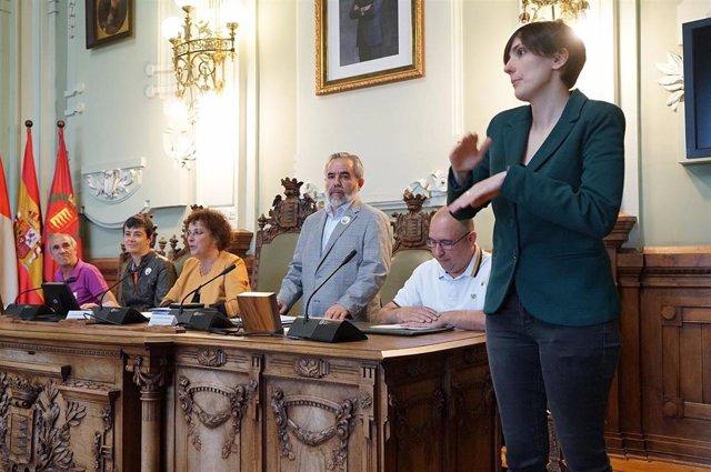 """El Ayuntamiento de Valladolid se marca como """"reto"""" hacer los plenos accesibles a personas sordas"""