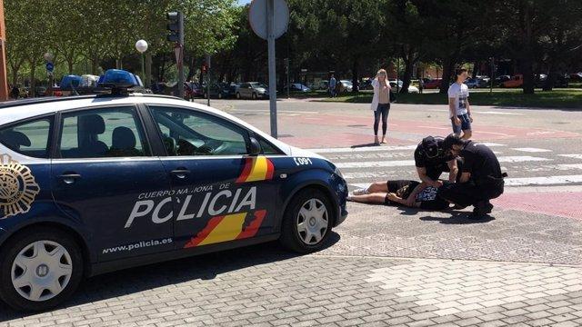 Sucesos.- La Policía socorre en Valladolid a un joven tras caer desplomado en presencia de una patrulla