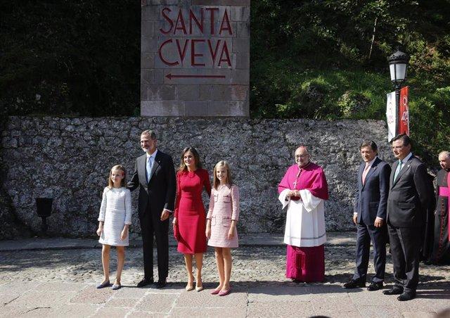 Llegada de la Familia Real a Covadonga, Asturias, para articipar en los actos con motivo del I centenario de la coronación católica de la Virgen de Covadonga y del XIII centenario del reino de Asturias