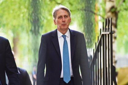 Hammond dice que no participaría en el gobierno de un primer ministro que contemple un Brexit caótico