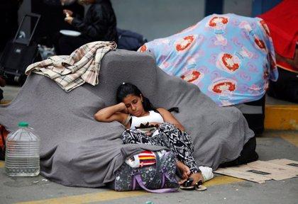 Miles de venezolanos corren para poder cruzar a Perú sin visa antes de la medianoche