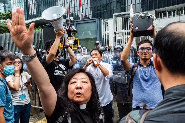 Hong Kongers Clash with police Extradition Law