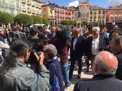 """Concejales de Cs llegan escoltados y ante gritos de """"¡fuera, fuera!"""" al Ayuntamiento de Burgos"""