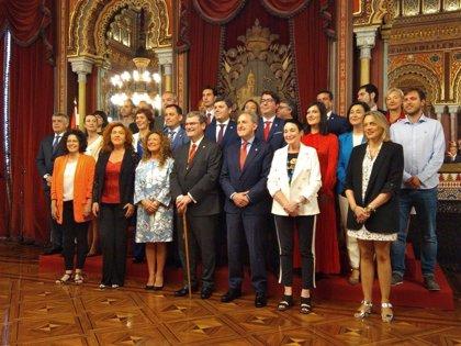 Aburto asume su segundo mandato en Bilbao con un acuerdo de gobierno cerrado con PSE, que gestionará cuatro áreas