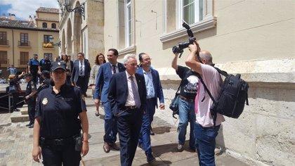 Concejales de PP y Cs, escoltados a su salida del Ayuntamiento de Palencia