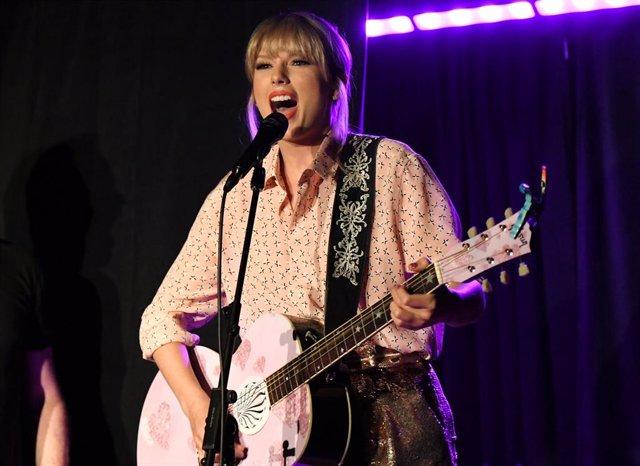 SABADO Taylor Swift aparece por sorpresa en Stonewall Inn