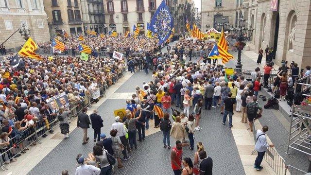 Manifestants es concentren davant l'Ajuntament de Barcelona i demanen la llibertat de Forn