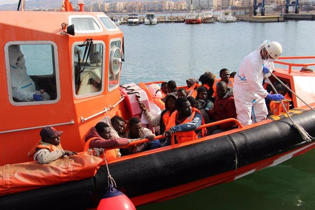 Salvamento Marítimo Alcor recoge a 50 inmigrantes subsaharianos llegados a las Islas Chafarinas