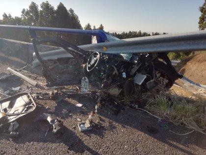 Un joven de Teo, herido muy grave en el accidente en A Pobra (A Coruña) en el que el coche acabó partido en dos