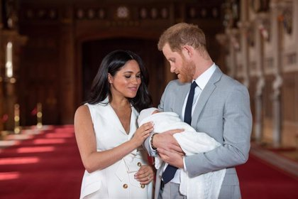 El príncipe Harry y Meghan Markle muestran por primera vez la cara de su hijo, Archie