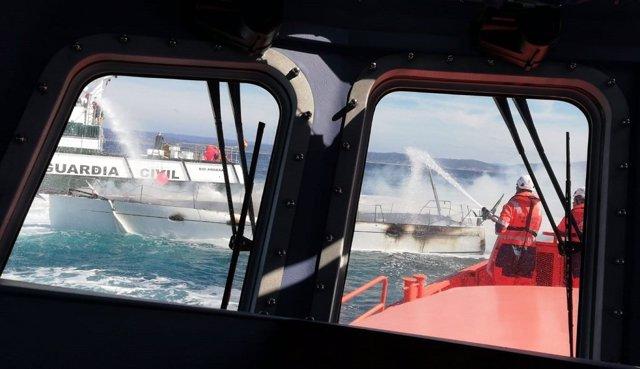 Trasladado el tripulante de un velero incendiado a la altura de las Illas Sisargas, en Malpica (A Coruña)